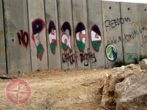 Die 12 Jugendlichen im Film und die palästinensischen und israelischen Aktivistinnen schreiben ihren wichtigsten Wunsch auf die Mauer, die die zionistische Regierung Israels auf palästinensischem Boden errichtet hat