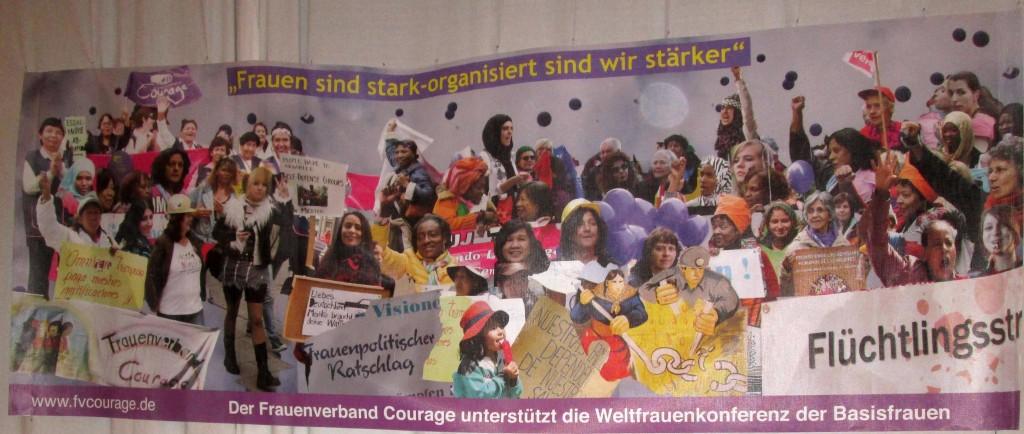 """Banner """"Frauen sind stark, organisiert sind wir stärker"""" von Frauenverband Courage"""